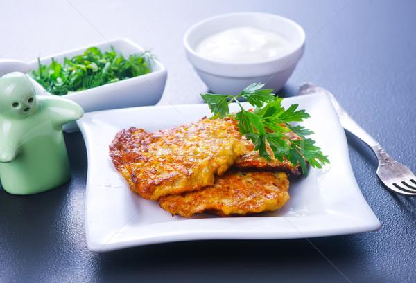 Zucchini Pfannkuchen weiß Platte Tabelle Essen Stock foto © tycoon