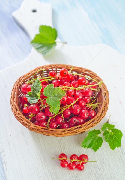 Piros ribiszke természet zöld tányér fekete Stock fotó © tycoon
