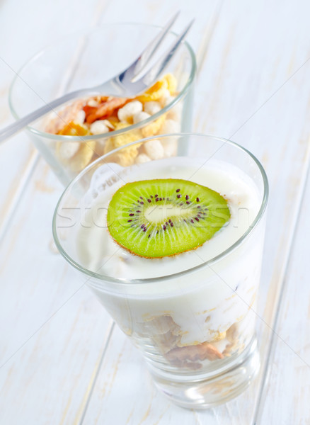 Fraîches yogourt muesli verre alimentaire fruits Photo stock © tycoon