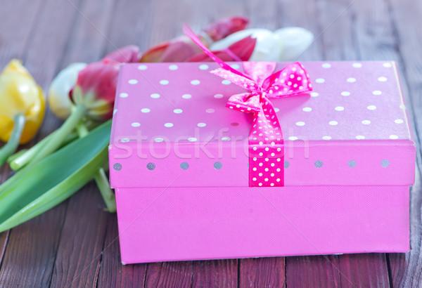 Boîte présents table en bois printemps tulipe vie Photo stock © tycoon