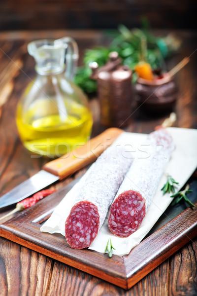 Foto stock: Salame · tempero · conselho · comida · fundo