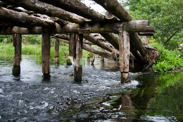 Vernietigd houten brug snel bewegende rivier Stockfoto © ultrapro