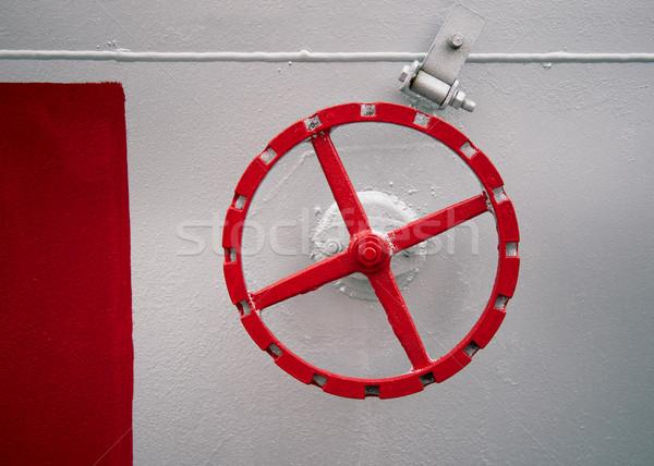 Velho vermelho mão roda parede tanque Foto stock © ultrapro