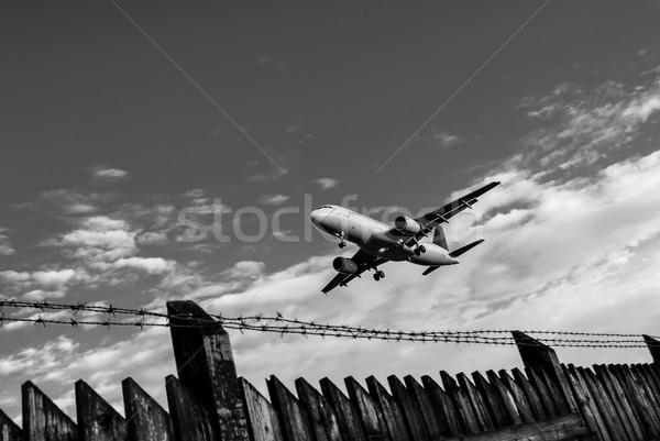 аэропорту забор черно белые изображение Сток-фото © umbertoleporini