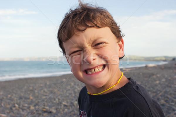Grymas plaży młodych mężczyzna uśmiech młodzieży Zdjęcia stock © Undy