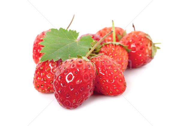 Aardbeien geïsoleerd witte voedsel achtergrond groene Stockfoto © ungpaoman