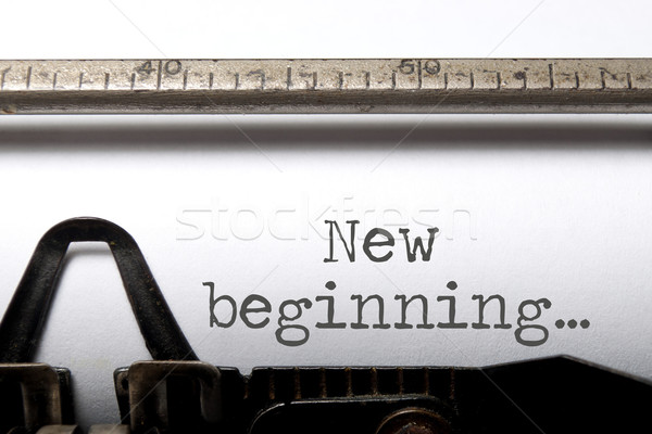 Nieuwe begin afgedrukt oude schrijfmachine boek Stockfoto © unikpix