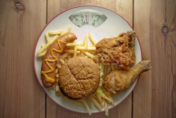 Egészségtelen étel diéta mérleg tányér tyúk segítség Stock fotó © unikpix