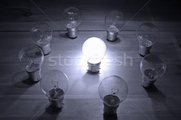 Líder iluminado bombilla centro círculo lámparas Foto stock © unikpix