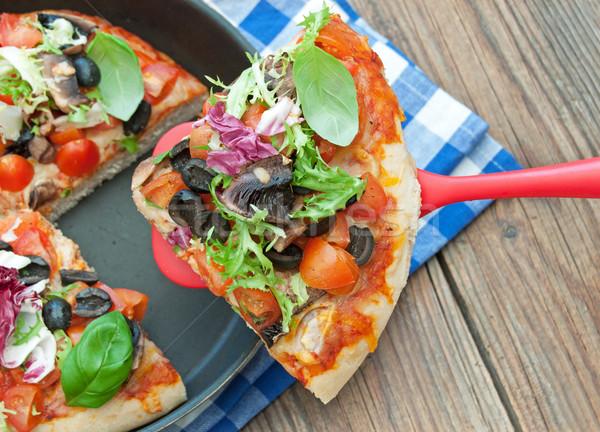 Pizza slice diep schaal tomaten champignons voedsel Stockfoto © unikpix