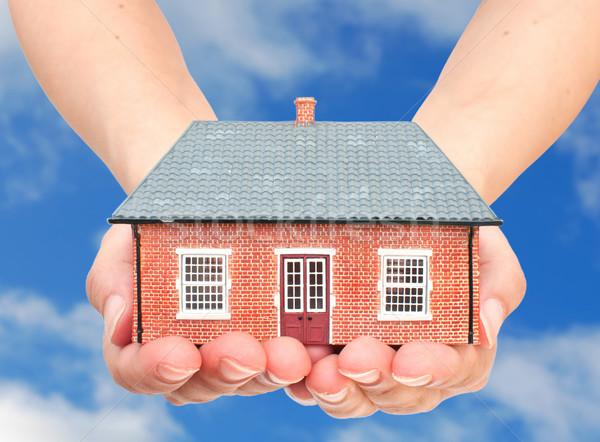 Casa mãos pequeno edifício modelo Foto stock © unikpix