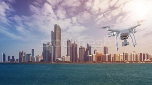 Repülés Abu Dhabi sziluett elöl Egyesült Arab Emírségek körül Stock fotó © unkreatives