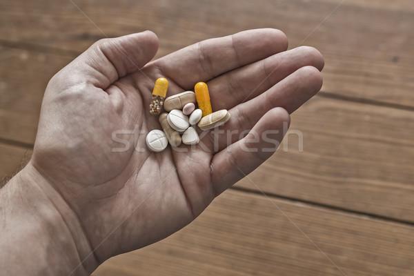 Stock fotó: Kéz · tabletták · tart · különböző · vitamin · kiegészítők