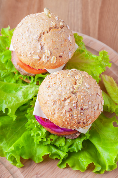 Cheeseburger tomate oignon vert salade alimentaire Photo stock © user_11224430