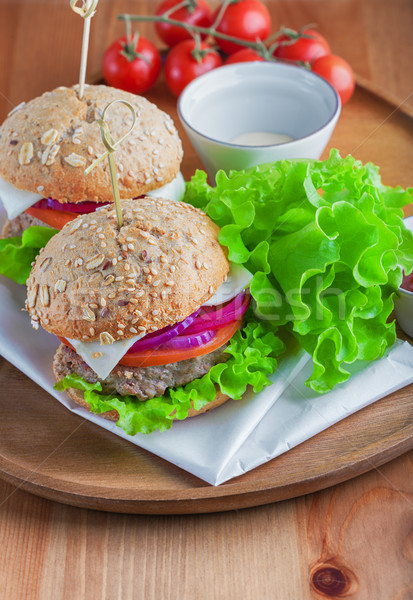 Cheeseburger salade ui tomaat vers brood Stockfoto © user_11224430