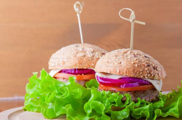 Cheeseburger tomates cebola verde salada comida Foto stock © user_11224430