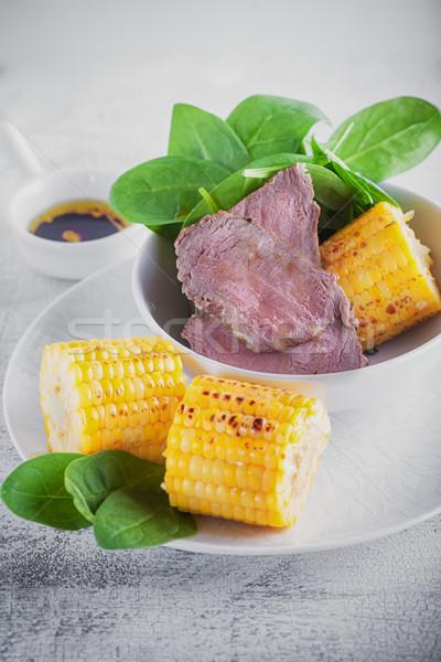 Marhahús grillezett kukorica saláta fehér tányér Stock fotó © user_11224430
