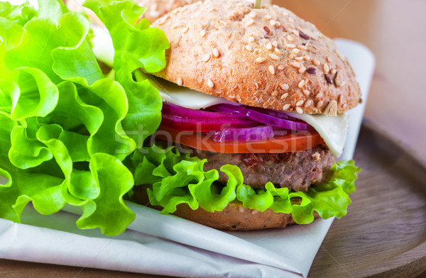 Cheeseburger salade oignon tomate fraîches pain Photo stock © user_11224430