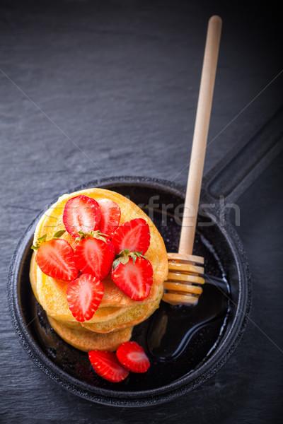 Boglya édes palacsinták eper méz gluténmentes Stock fotó © user_11224430