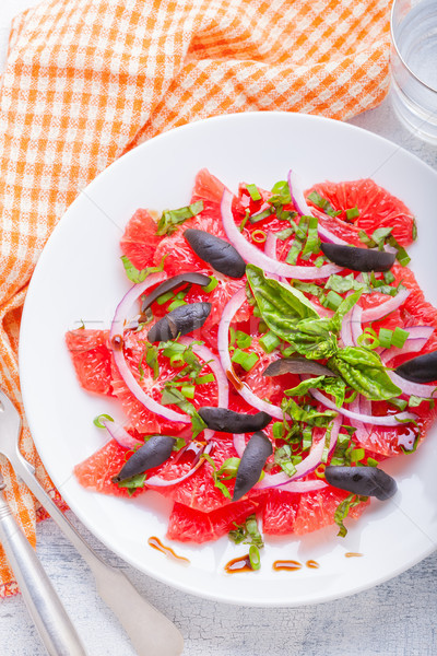 Grapefruit saláta olajbogyók vöröshagyma bazsalikom gyümölcs Stock fotó © user_11224430