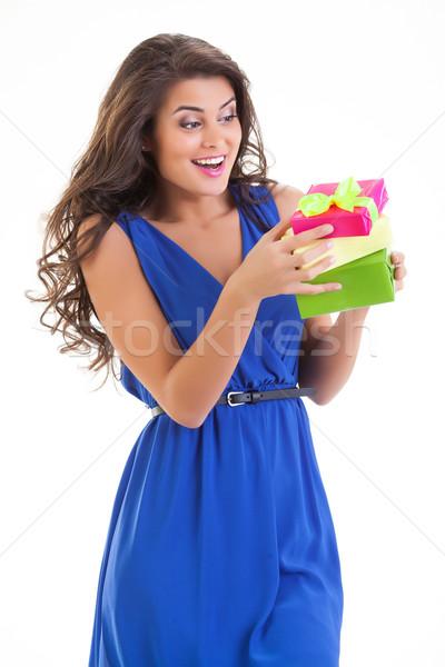 Młoda kobieta dar młodych piękna kobieta polu odizolowany Zdjęcia stock © user_9834712