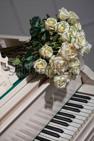 Zene rózsák virágcsokor hangversenyzongora virág természet Stock fotó © user_9834712