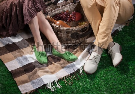 Vrouw man picknickmand benen picknick Stockfoto © user_9834712