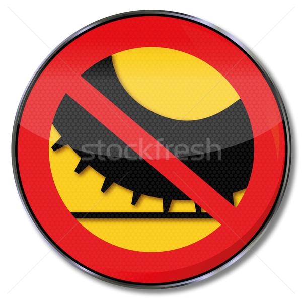 Znak drogowy zakazu samochodu opony drogowego śniegu Zdjęcia stock © Ustofre9