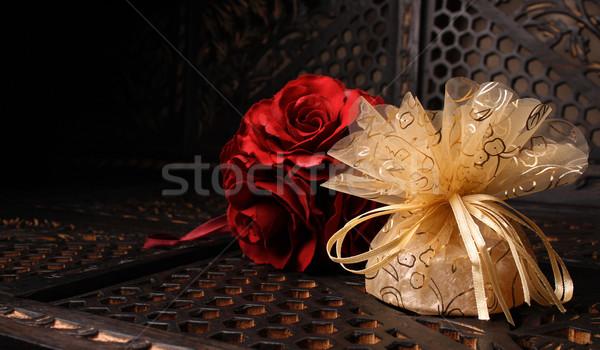 Arany esküvő ajándék hát piros rózsa virágok Stock fotó © vanessavr