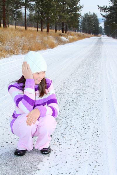 ストックフォト: 少女 · ブルネット · 座って · 雪 · カバー · 道路