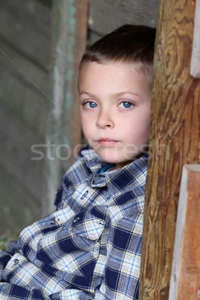 красивой мальчика сидят сарай стены Сток-фото © vanessavr