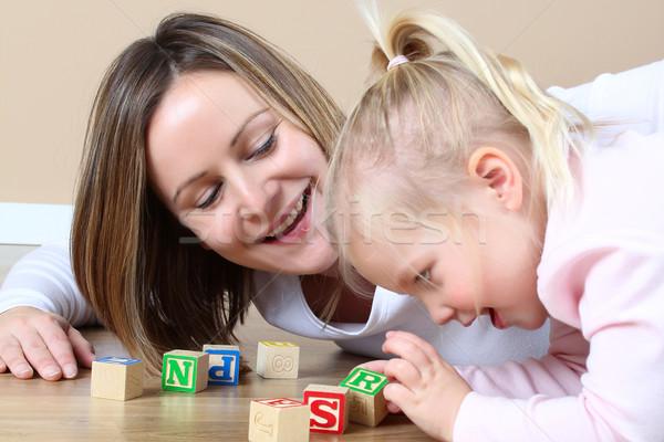 Madre hija jugando alfabeto bloques de construcción casa Foto stock © vanessavr