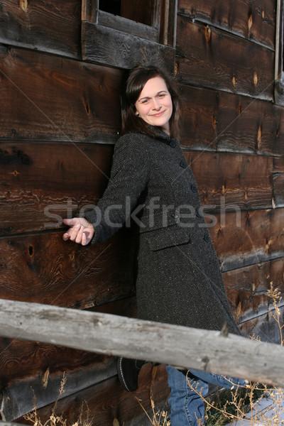 Barna hajú csőr gyönyörű női dől fal Stock fotó © vanessavr
