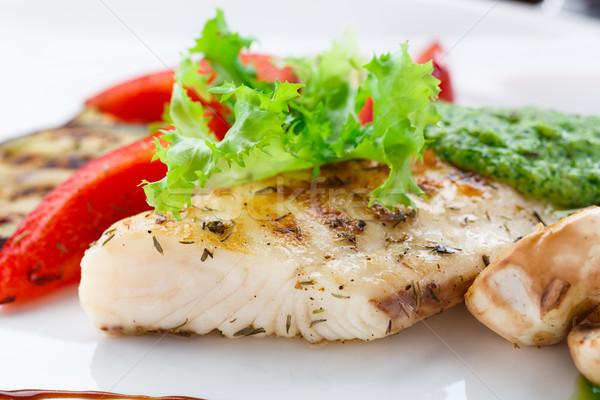 A la parrilla peces filete hortalizas placa comer Foto stock © vankad