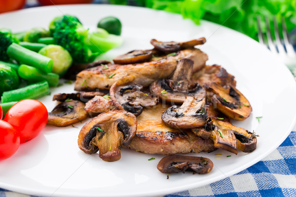 Grillezett steak gombák zöldségek tányér étel Stock fotó © vankad