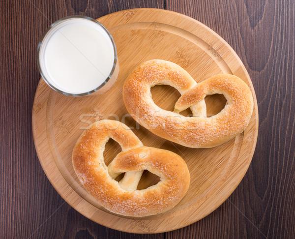 Ev yapımı sıcak yumuşak tuzlu kraker cam süt Stok fotoğraf © vankad