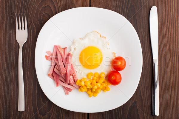 Tükörtojás sonka zöldségek fehér tányér textúra Stock fotó © vankad
