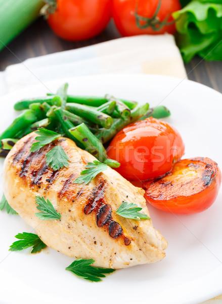Grillcsirke zöldbab paradicsomok tányér tyúk vacsora Stock fotó © vankad