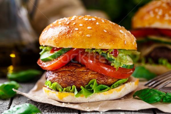 Vegetáriánus hamburger grillezett champignon paradicsom uborka Stock fotó © vankad