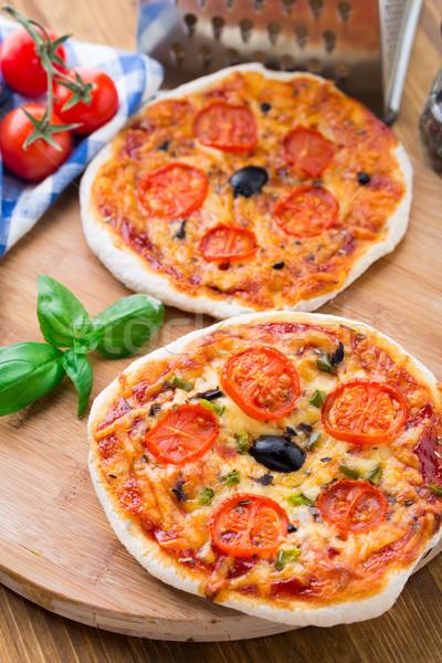 Vegetariano mini pizza tomates cherry aceitunas Foto stock © vankad