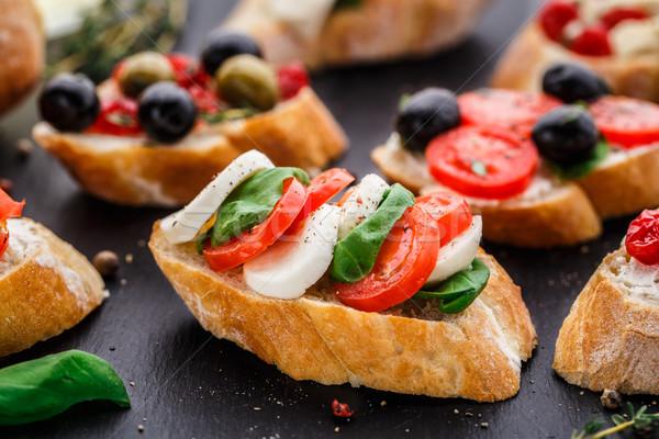 Bruschetta tomaten mozzarella basilicum Italiaans kaas Stockfoto © vankad