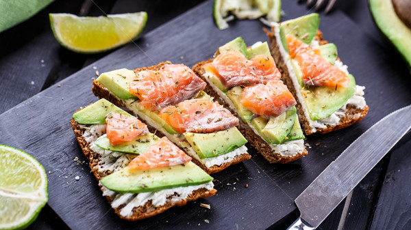 Sandwich avocado gerookte zalm zwarte brood Stockfoto © vankad