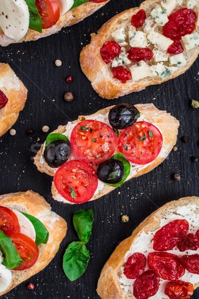 Paradicsomok gyógynövények olajbogyók olasz bruschetta koktélparadicsom Stock fotó © vankad