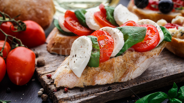 Bruschetta paradicsomok mozzarella bazsalikom olasz sajt Stock fotó © vankad
