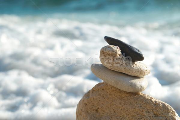 Zen kule taşlar mavi gökyüzü deniz su Stok fotoğraf © vapi