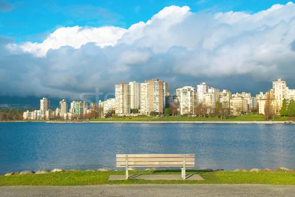 Banco verde parque mar arranha-céus Foto stock © vapi