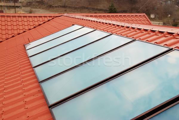 Solaire eau chauffage rouge maison toit Photo stock © vapi