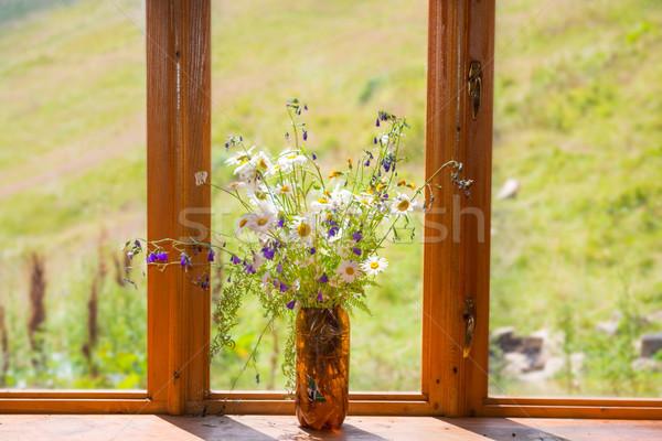 Buket beyaz papatyalar pencere beyaz çiçekler ahşap Stok fotoğraf © vapi