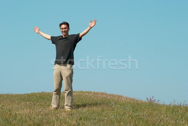 молодым человеком травой поле Blue Sky улыбка человека счастливым Сток-фото © vapi