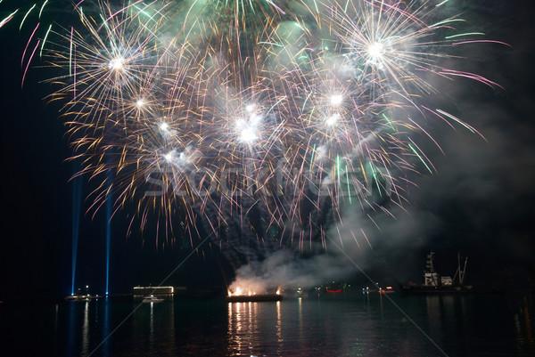 Gyönyörű tűzijáték fekete égbolt víz munka Stock fotó © vapi